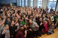 Jēkabpils 3. Vidusskolā uz tikšanos ar grupu ACIDIC no ASV pulcējas daudzi bērni un jaunieši.