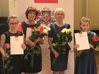 A.Žilinska Jēkabpils mūzikas skolas skolotāja Antra Korņejeva un viņas audzēknes Daniela Grugule un Kristiāna Podniece saņem Kultūras ministrijas apbalvojumu.